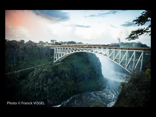 Un moment d'évasion 309 - Zambie. De l'autre côté du pont Victoria, construit dans le style Eiffel, c'est le Zimbabwe.